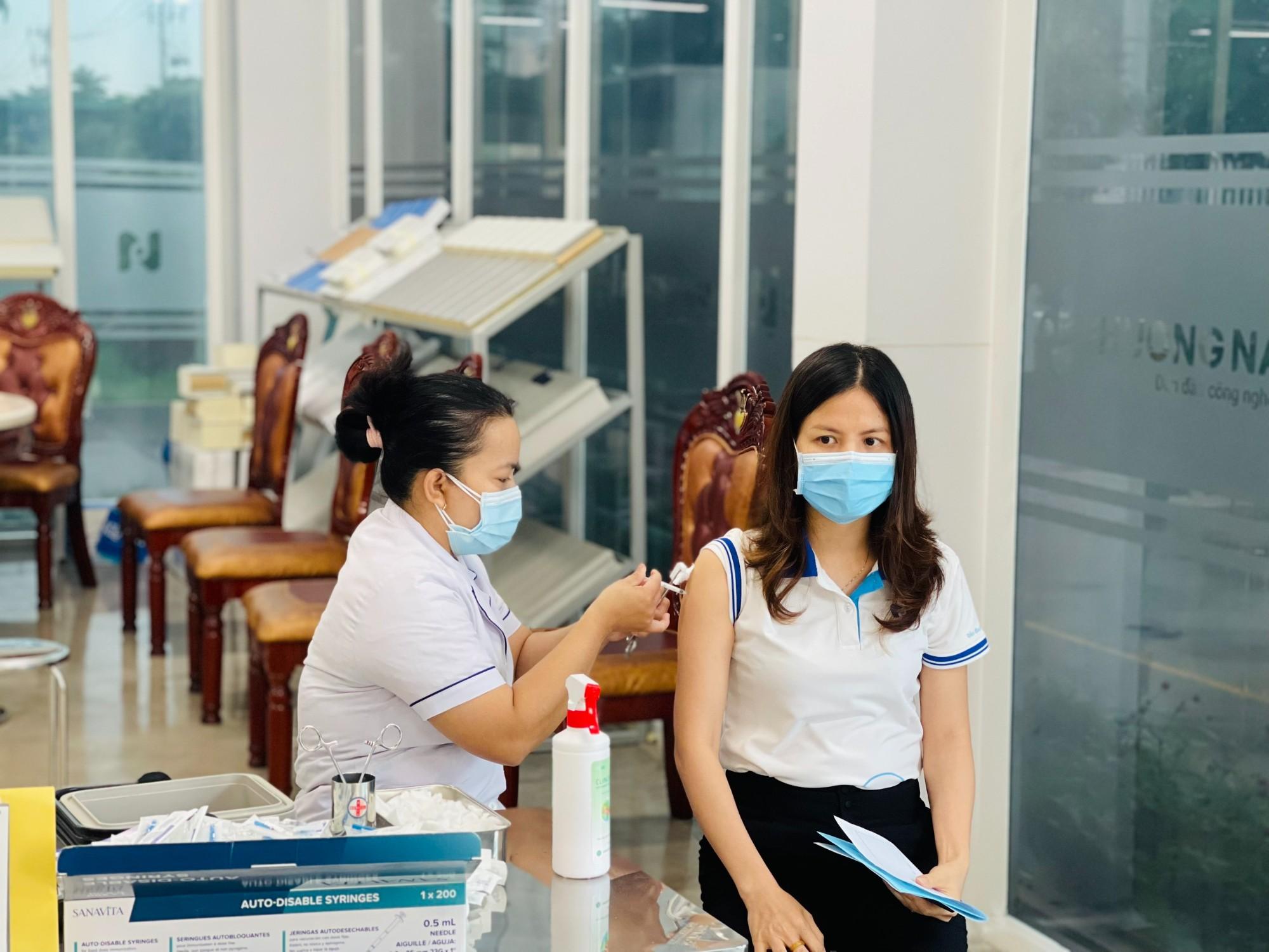 Tổ chức tiêm ngừa Covid-19 cho nhân viên